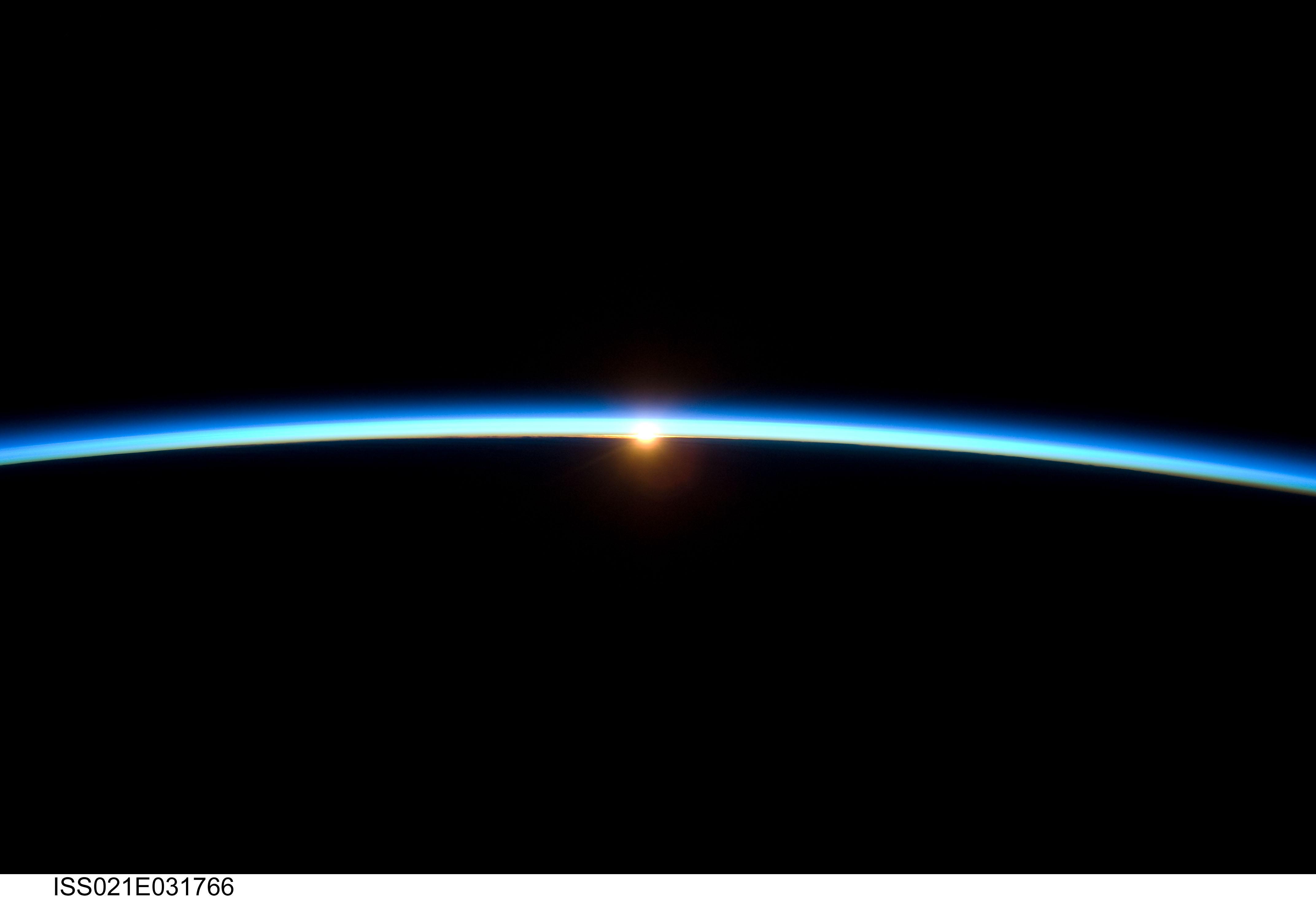 linea de la atmosfera de la tierra y el sol poniente se unen en ...